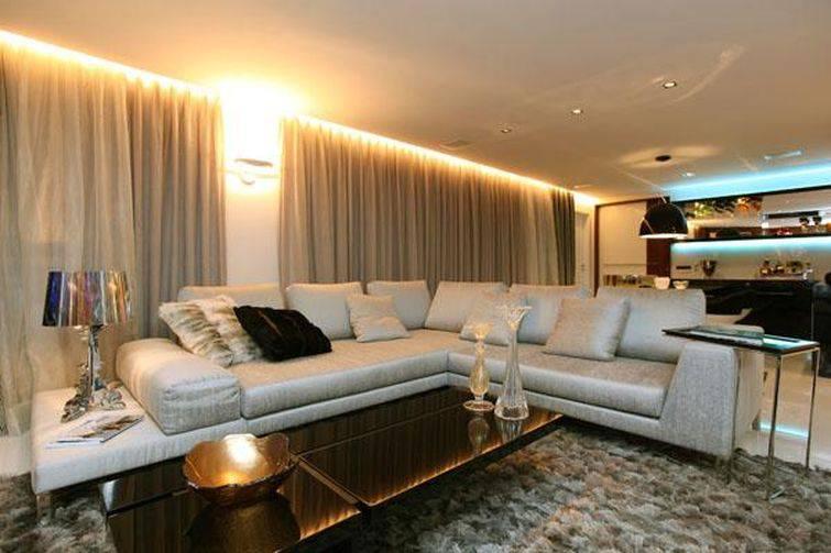 O sofá em L pode separar a sala de jantar