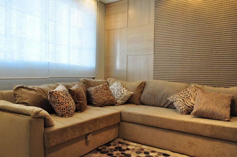 O bege é uma cor bastante neutra e bem-vinda para sofás de canto