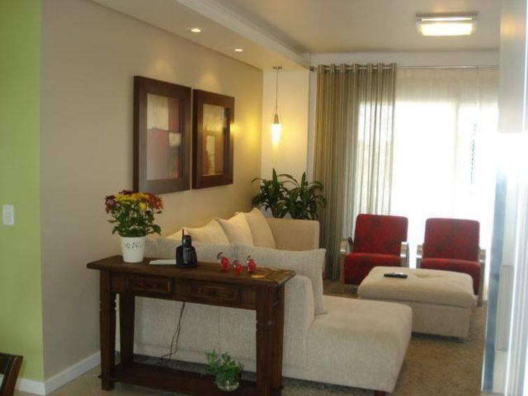 Os puffs podem complementar os sofás de canto ou serem uma peça separada na decoração