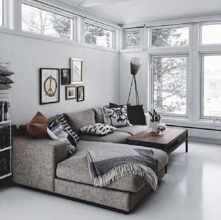 Invista em um sofá de canto com chaise e traga mais conforto ao ambiente