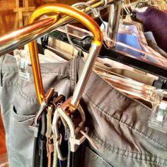 organizar guarda roupa cintos ganhar mais espaço