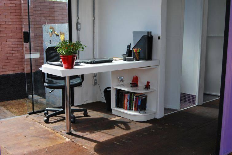 -mesa de computador pequena e branca