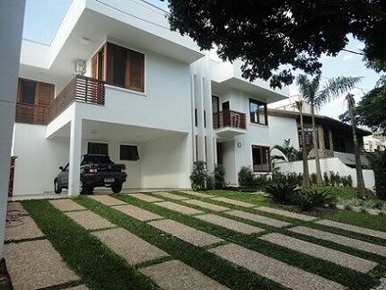 Casa com garagem interna e telhado embutido Projeto de Elisabeth Berlato