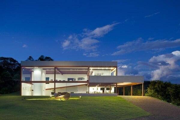 Casa com paredes de vidro e telhado embutido Projeto de Denise Macedo