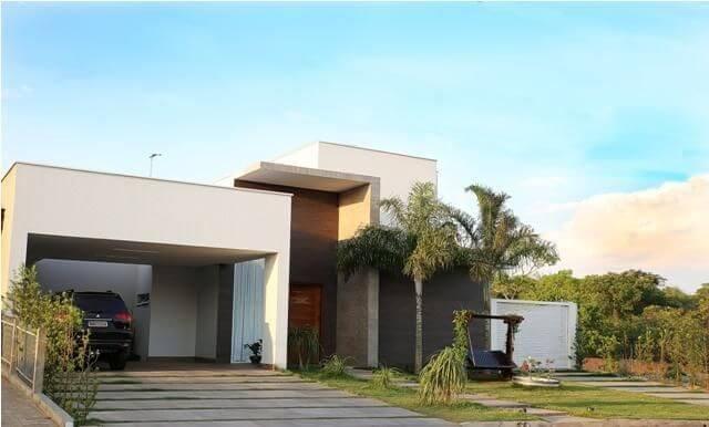 Casa com telhado embutido Projeto de Daniella Rom