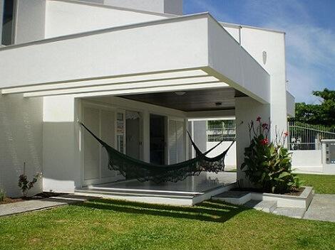 Casa com telhado embutido Projeto de Edmundo Costa