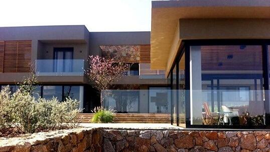 Casa com telhado embutido e muito vidro para entrada de luz Projeto de Daniel Nunes Paisagismo