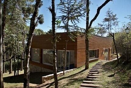 Casa de madeira e telhado embutido Projeto de MD Arquitetos