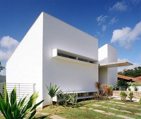 Casa moderna branca com telhado embutido Projeto de Frederico Zanelato