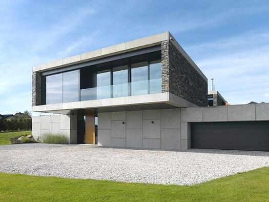 Casa moderna com telhado embutido e pedras na fachada