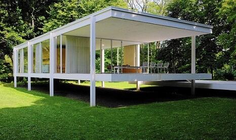 Casa suspensa com telhado embutido e paredes de vidro
