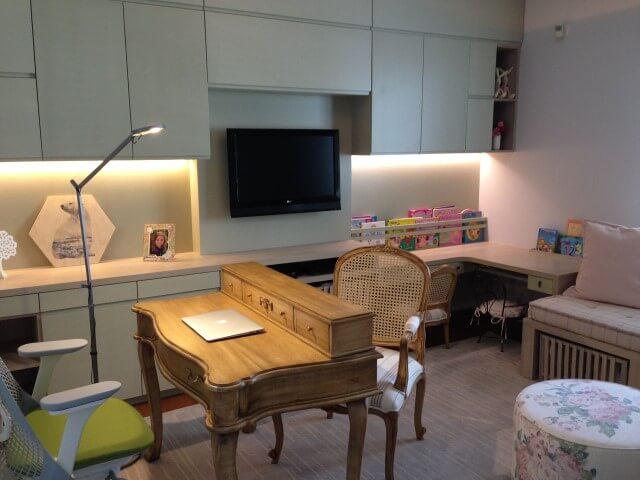 Escrivaninha para quarto antiga com cadeira moderna Projeto de Susana Requião
