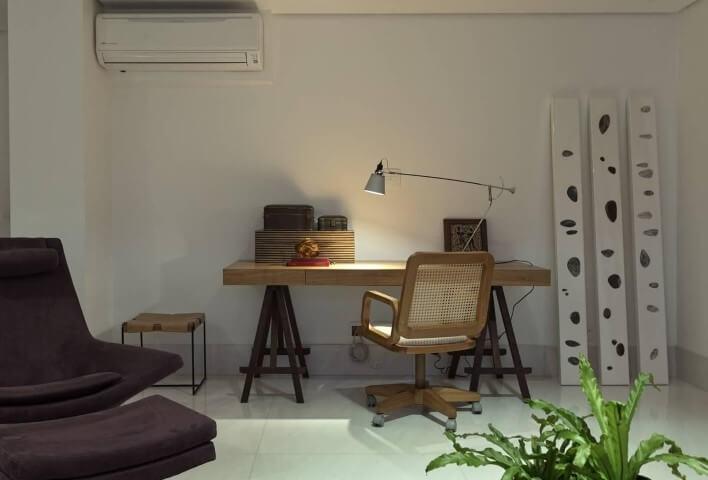 Escrivaninha para quarto de madeira com luminária em cima Projeto e Renata Basques