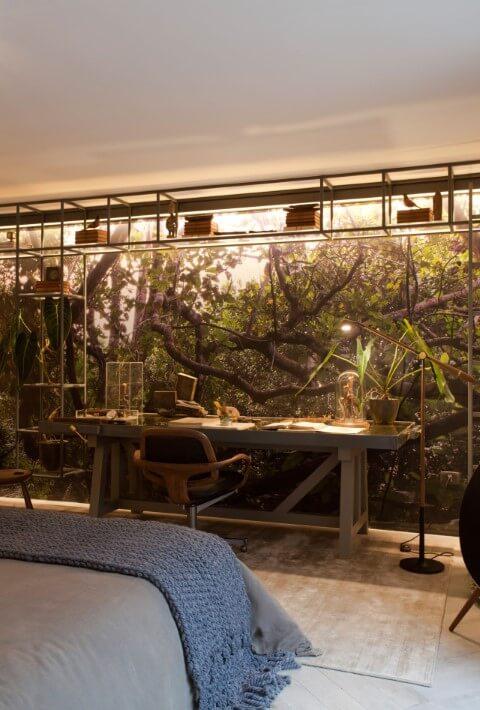Escrivaninha para quarto de madeira no quarto com parede adesivada Projeto de Sandra Moura