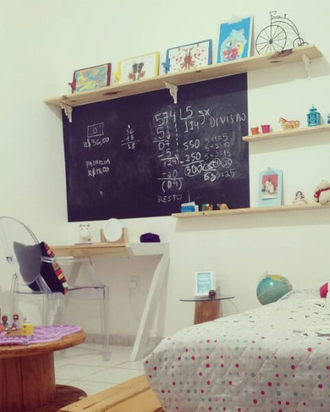 Escrivaninha para quarto de madeira pinus em quarto infantil Projeto de Rani Victor