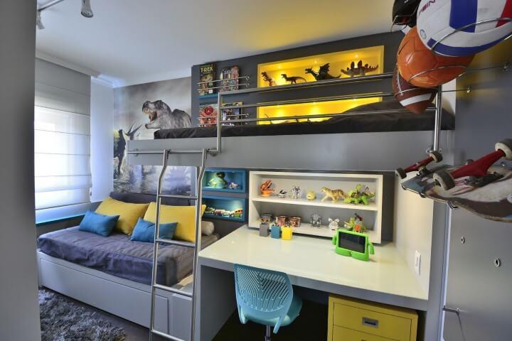 Escrivaninha para quarto de menino com decoração de dinossauro Projeto de BG Arquitetura