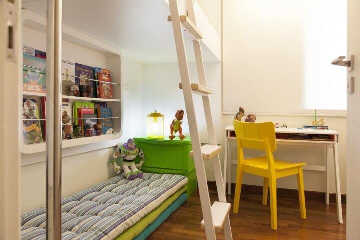 Escrivaninha para quarto de menino com espaço para armazenamento Projeto de Tikkanen Arquitetura