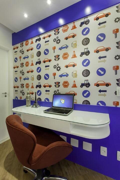 Escrivaninha para quarto de menino com parede adesivada Projeto de Iara Kilaris