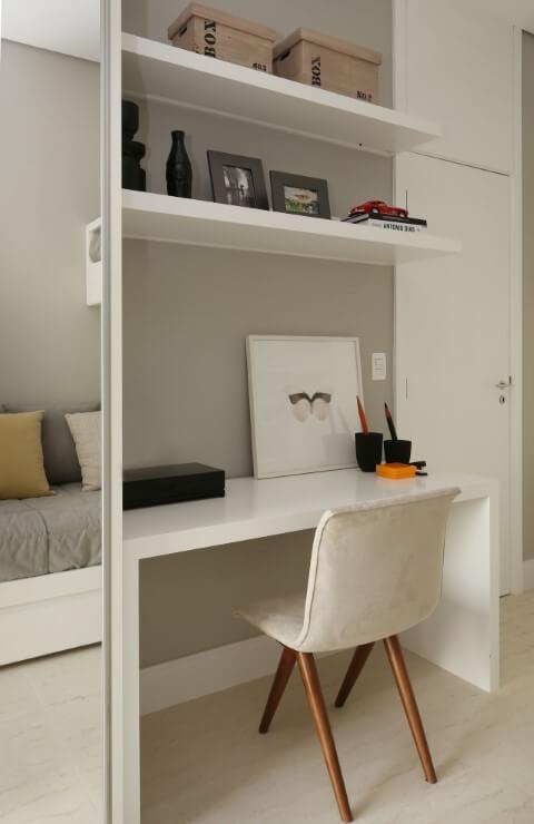 Escrivaninha para quarto de solteiro ao lado do guarda-roupa Projeto de Chris Silveira e Arquitetos