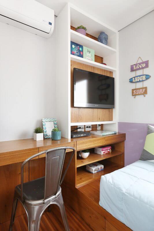 Escrivaninha para quarto de solteiro de madeira com cadeira industrial Projeto de Bianchi Lima