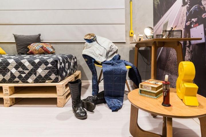 Escrivaninha para quarto de solteiro de madeira com cama de pallet Projeto de Morar Mais Por Menos Goiânia