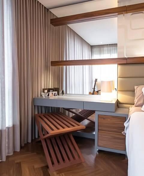 Escrivaninha para quarto encaixada no criado-mudo Projeto de Leonardo Muller