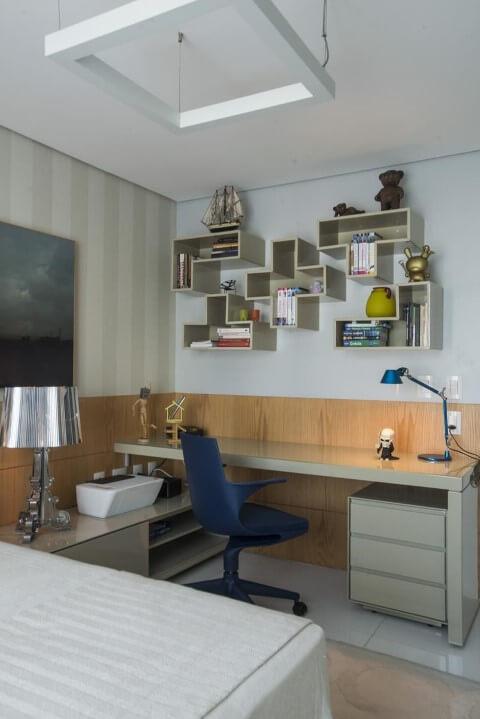 Escrivaninha para quarto suíte bege com cadeira azul Projeto de Rodrigo Maia