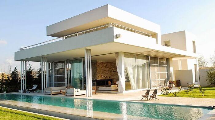 Telhado embutido de casa com piscina