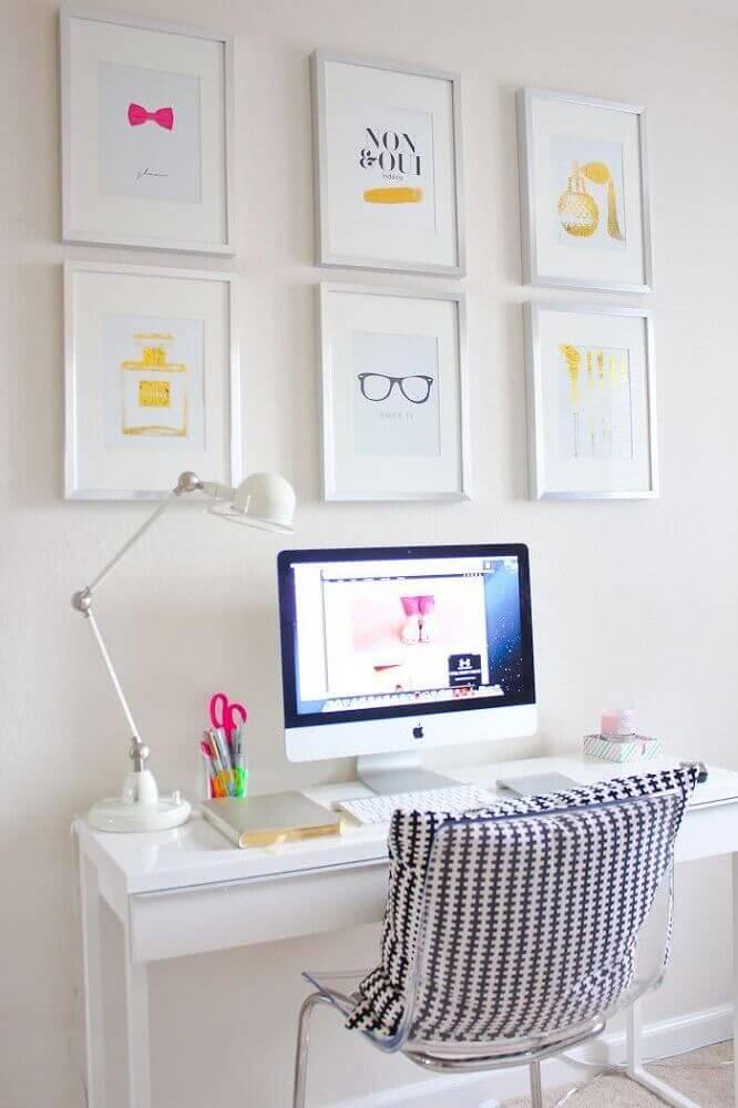 decoração clean em tons de branco com mesa de computado simples