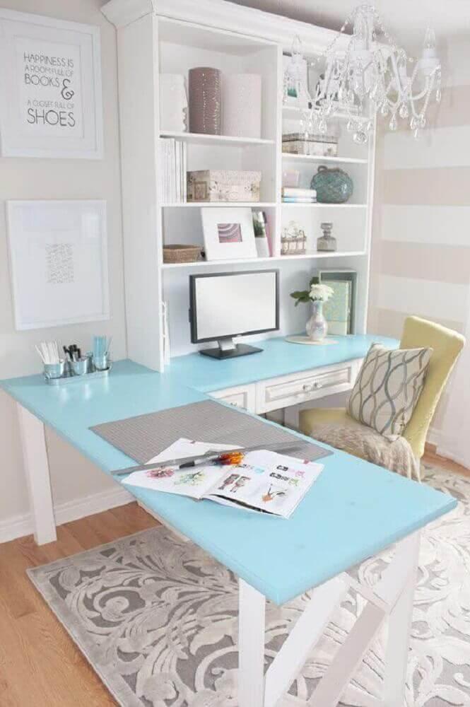 decoração em tons de branco e azul com mesa de canto para computador