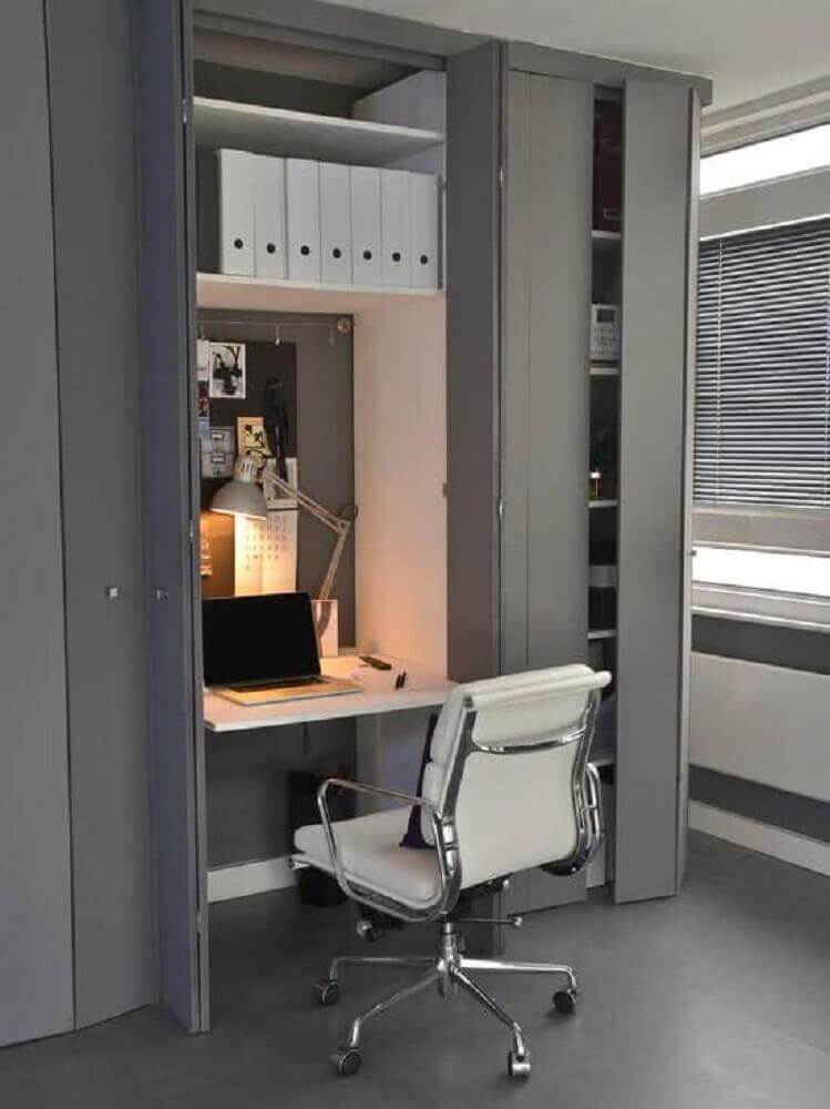 decoração em tons neutros para home office com mesa pequena para computador