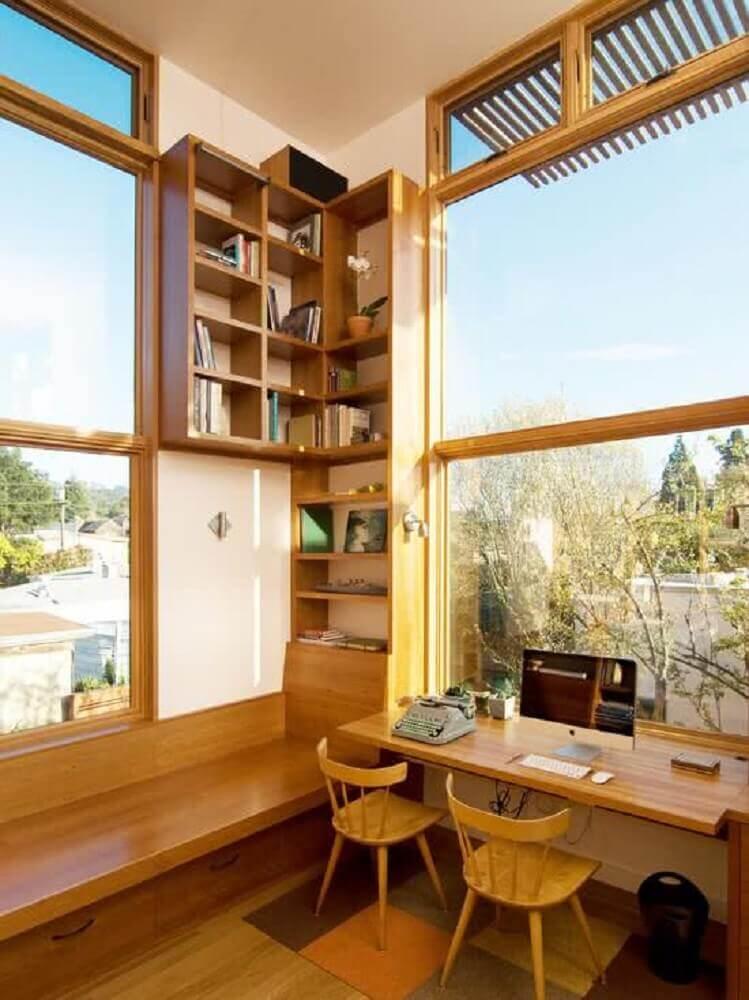 decoração home office com móveis de madeira na cor castanho