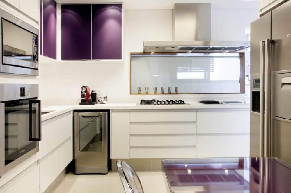 Decoração de cozinha com cores roxa e branca