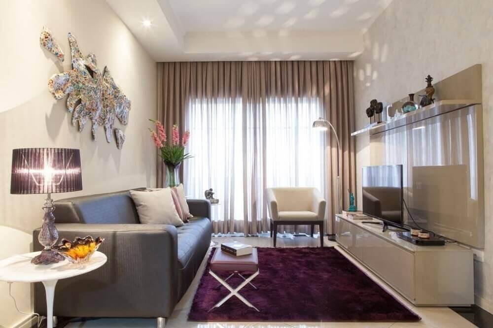 Decoração de sala neutra com tapete roxo