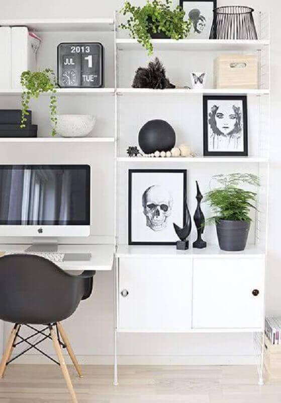 estante com mesa para computador pequena
