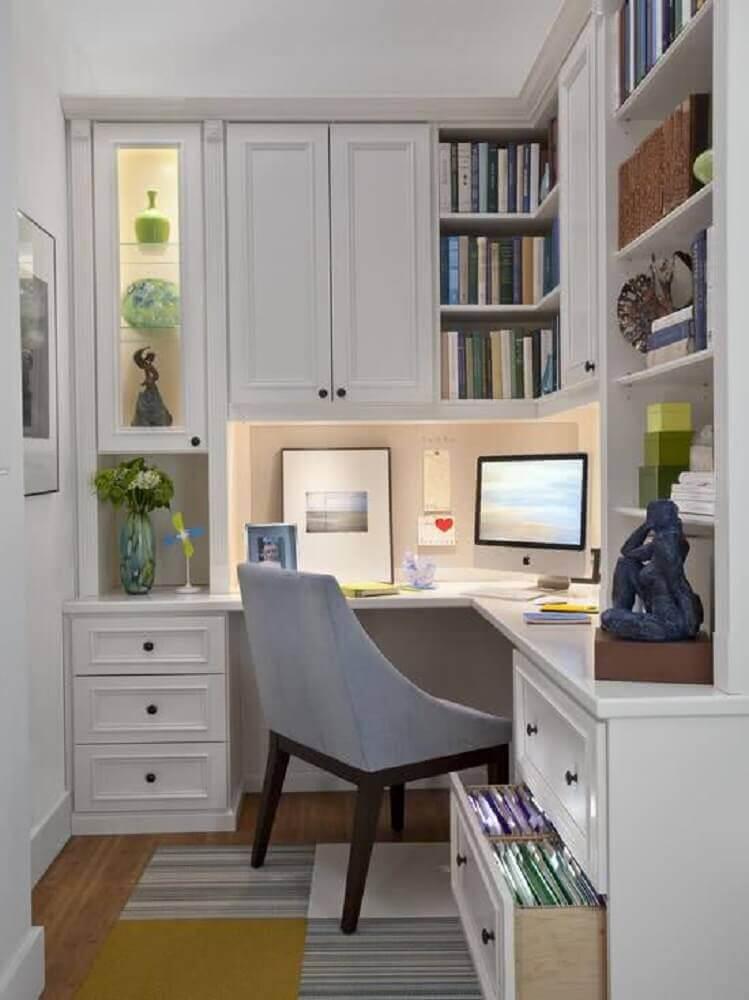home office com mesa de canto para computador com gavetas e portas nos armários