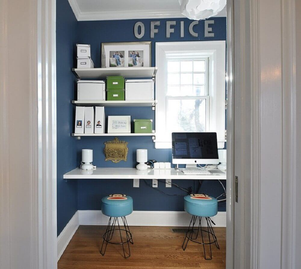 home office decorado azul e branco com mesa para computador