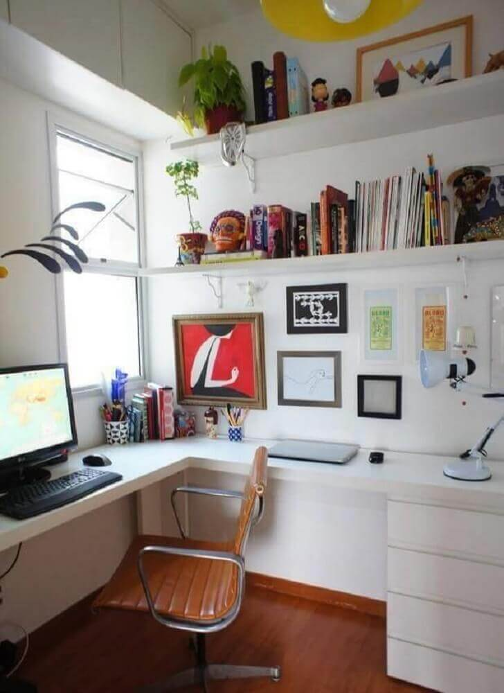 home office todo branco com mesa de canto para computador