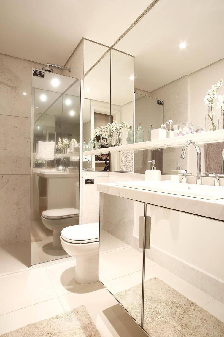 Banheiros decorados totalmente revestido com espelhos são lindos