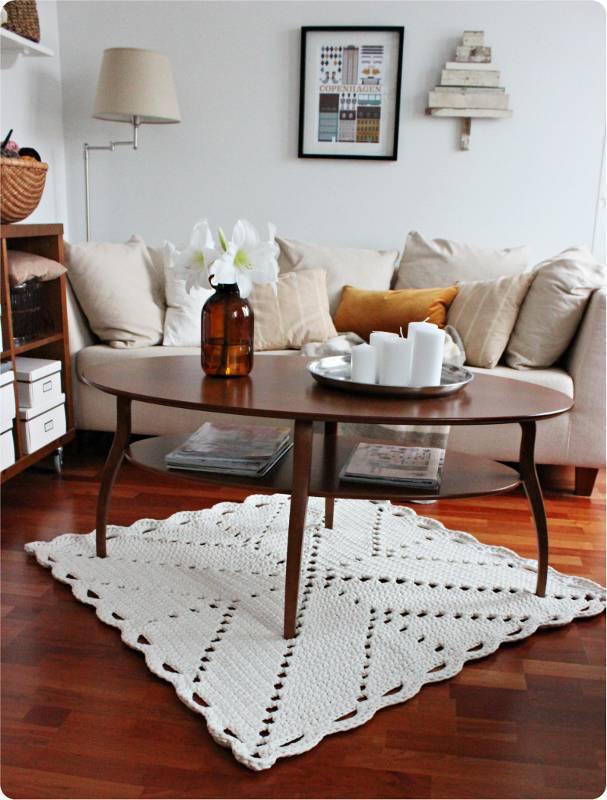 Tapetes de barbante na sala de estar na mesa de centro