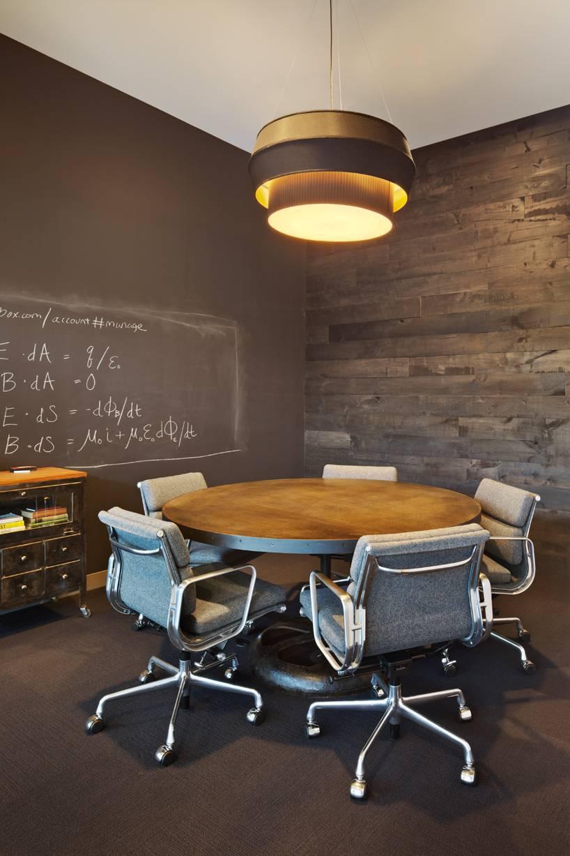 a4 - Cadeira de Escritório na mesa redonda