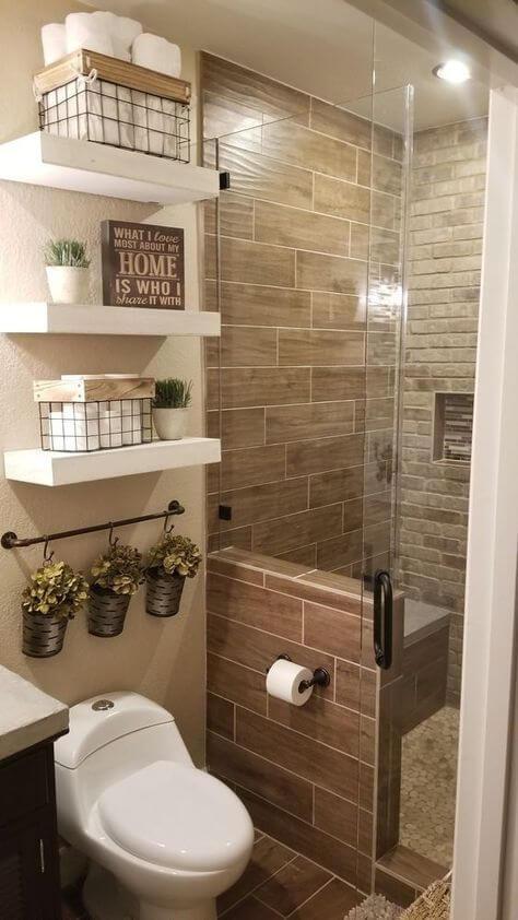Banheiros decorados com prateleiras