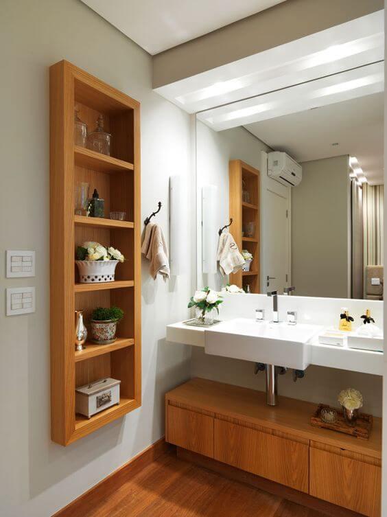 Banheiros decorados com móveis de madeira