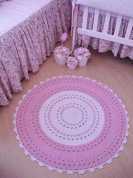 tapete de barbante croche branco e rosa no quartoambiente decorado