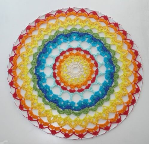 Tapete de barbante em forma de mandala colorida