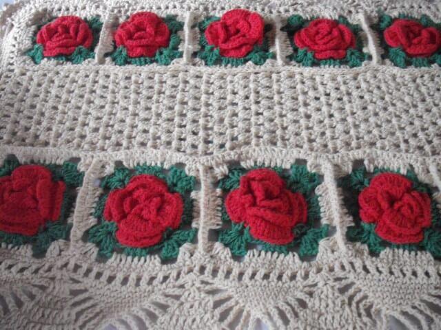 Flores vermelhas são o destaque do tapete branco