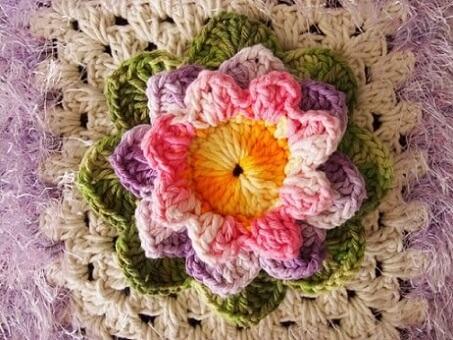 Detalhe do tapete com flor lilás