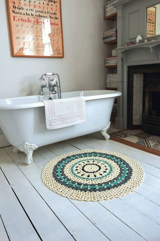 tapetes de barbante no banheiro com banheira