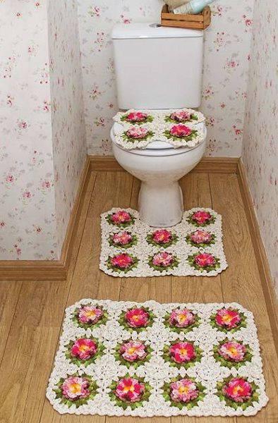 tapetes de barbante no banheiro com flores