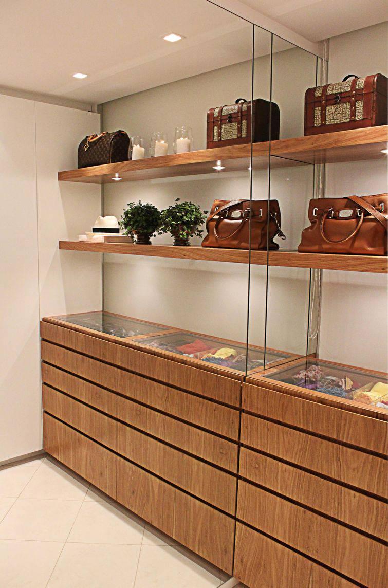 52 modelos de closets para voc organizar suas roupas for Modelos de techos para galerias